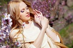 персик ладони девушки цветка Стоковые Изображения RF