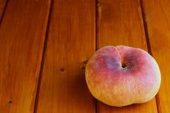 Персик на деревянной поверхности Стоковое Фото