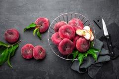 Персик, свежие персики с листьями Стоковое Изображение