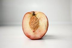 Персик с косточкой дольки Стоковые Фотографии RF