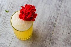 Персидский Milkshake шафрана с красными цветками стоковая фотография