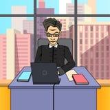 Персонаж из мультфильма главного исполнительного директора босса бизнесмена на столе с ноутбуком стоковые изображения