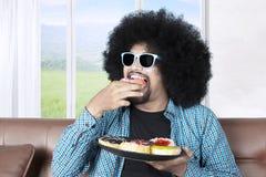 Персона Афро есть donuts Стоковые Изображения
