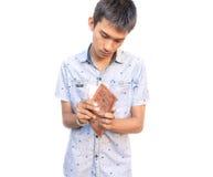 Персона бизнесмена держа бумажник с деньгами, деньгами взгляда карманными от работы на белой предпосылке Стоковое фото RF