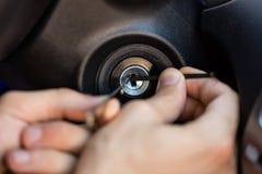 Персона вводя инструмент в отверстие для ключа Стоковые Фото