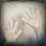 Персона внутри ливня, руки на стекле ванной комнаты Стоковая Фотография