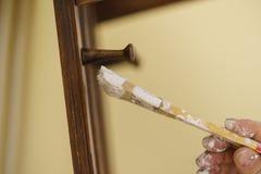 Персона восстанавливая деревянную вешалку Стоковая Фотография RF