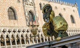 Персона в маске на масленице Венеции 2018 Стоковые Фотографии RF