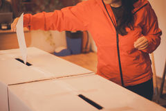 Персона голосуя на избирательном участке Стоковые Изображения RF