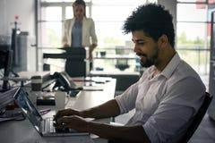 Персона дела в офисе Африканский документ чтения бизнесмена Стоковое Изображение RF