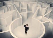 Персона дела стоя в центре лабиринта Стоковое Фото