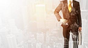 Персона дела с теплым верхним слоем цвета предпосылки города Стоковые Фотографии RF