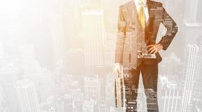 Персона дела с теплым верхним слоем цвета предпосылки города Стоковая Фотография