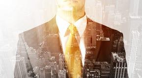 Персона дела с теплым верхним слоем цвета предпосылки города Стоковое Изображение