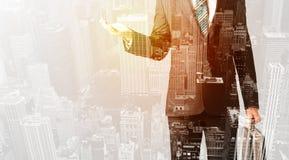 Персона дела с теплым верхним слоем цвета предпосылки города Стоковая Фотография RF