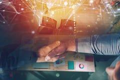 Персона дела Handshaking в офисе с влиянием сети Концепция сыгранности и партнерства двойная экспозиция Стоковая Фотография