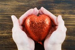 Персона держа handmade красное сердце в ее руках Любовь 14-ое -го февраль Валентайн дня s Стоковая Фотография