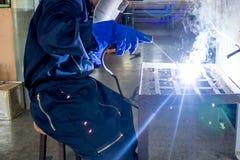 Персона деятельности о сварочном аппарате сварщика стальном стоковое изображение