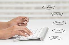 Персона делая онлайн оплаты используя кредитную карточку Стоковые Фото