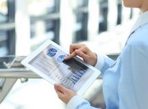 Персона дела анализируя финансовые статистик Стоковое Изображение RF