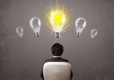 Персона дела имея концепцию электрической лампочки идеи Стоковые Изображения RF