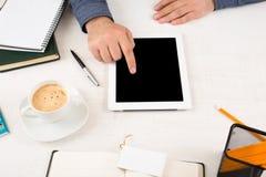 Персона дела работая в домашнем офисе используя таблетку Стоковые Фото