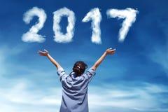 Персона дела смотря номер формы 2017 облаков Стоковое Фото