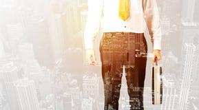 Персона дела с теплым верхним слоем цвета предпосылки города Стоковые Фото