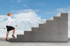 Персона дела шагая вверх лестница Стоковое Изображение RF
