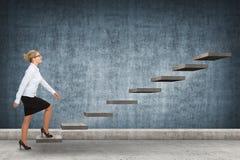 Персона дела шагая вверх лестница Стоковые Фотографии RF
