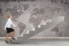 Персона дела шагая вверх лестница Стоковые Изображения