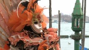 Персона замаскированная красным цветом в Венеции акции видеоматериалы