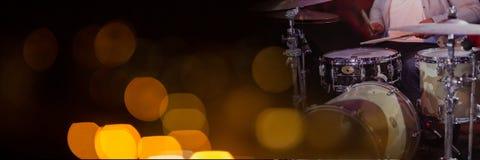 Персона играя барабанчики с желтыми светами стоковая фотография rf