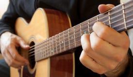 Персона играя гитару Стоковое Изображение