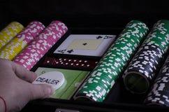 Персона играя покер и смотря карточки стоковые фото
