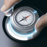 Персона используя современный компас для профессиональной ориентации стоковая фотография rf