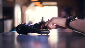 Персона используя стержень кредитной карточки для беспроволочной оплаты с smartphone 4K акции видеоматериалы