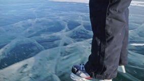 Персона катание на коньках на дне POV Человек для того чтобы ехать коньки льда хоккея в природе Внешняя потеха зимы на зима спорт акции видеоматериалы