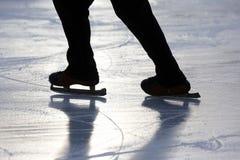 Персона катания на коньках ноги силуэта на катке Стоковая Фотография