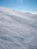 Персона катаясь на лыжах самостоятельно в snowbound горах Стоковое Фото