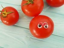 Персона концепции томата смешная органическая наблюдает шарж на голубой деревянной положительной эмоции Стоковое Изображение