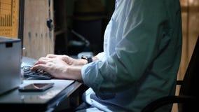 Персона которая работая на настольном компьютере Стоковое Фото