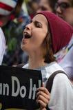 Персона крича на протесте козыря стоковое изображение rf