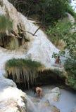 Персона 2 купая в естественном бассейне горячих источников стоковые фото