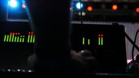 Персона макроса контролирует звук на оборудовании для концерта