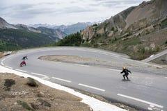 Персона на скейтборде выходит izoard ` col d в французские горные вершины haute Провансали на большой скорости стоковое фото