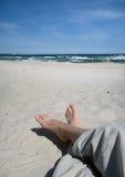 Персона ослабляя на пляже Стоковые Фото