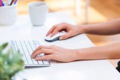 Персона печатая на на ее компьютере офиса стоковое изображение rf