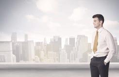 Персона продаж говоря перед scape города Стоковое Изображение