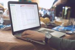 Персона работает на компьютере стоковое фото rf